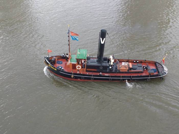 Tug Spanje with Zwarte Piet on board